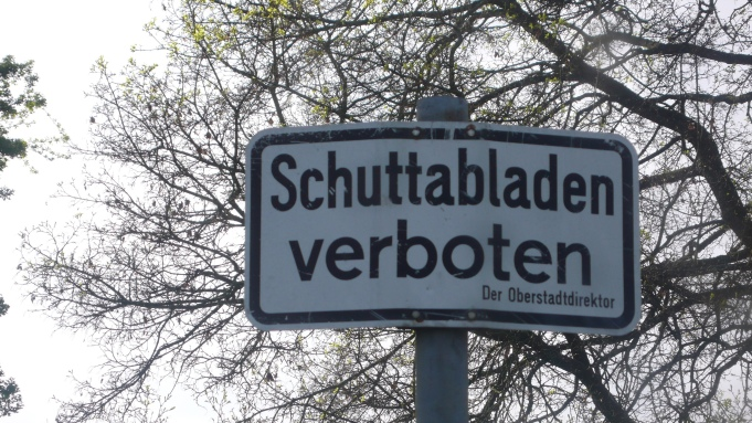 """dieses Schild hat die Unterschrift """"Der Oberstadtdirektor"""", den gibt es aber seit 1999 nicht mehr. Es müßte heißen """" Die Oberbürgermeisterin"""""""